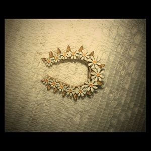 Vintage horseshoe daisy chain goldtone brooch